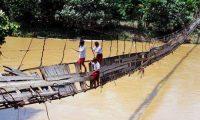 Foto para Anak SD Berjuang Menyeberangi Sungai untuk Pergi ke Sekolah