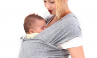 Mengapa Berbahaya saat Menggendong Bayi Menghadap Depan dengan Baby Carrier? Simak Ulasannya Berikut!